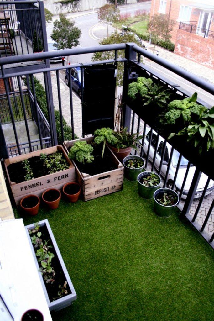 Зеленый газон на балконе